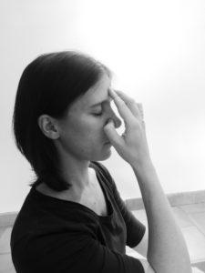 Respiration alternée : pouce bouche la narine droite