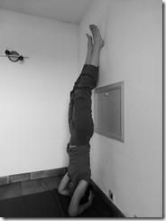 Faire la posture sur la tête contre un mur