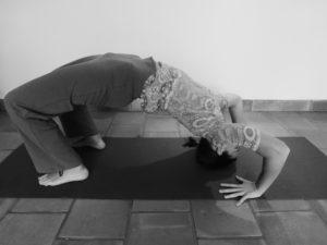 le pont en yoga : étape 1 : sommet du crâne au sol