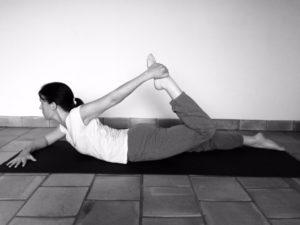 Posture de l'arc : version préparatoire si on ne parvient pas à attraper les pieds